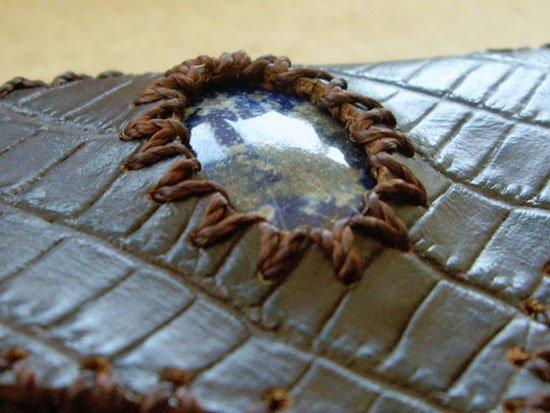 Bolso sobre marrón con piedra semipreciosa de lapislázuli detalle piedra