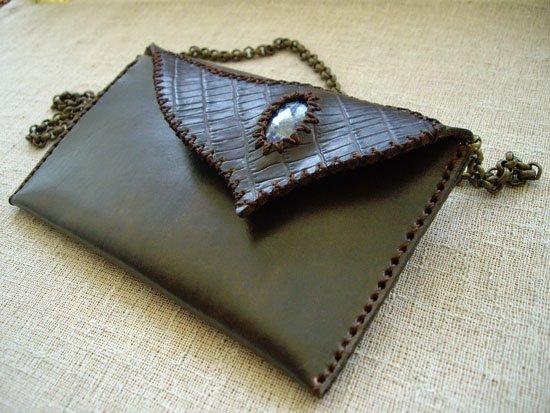 Bolso sobre marrón con piedra semipreciosa de lapislázuli