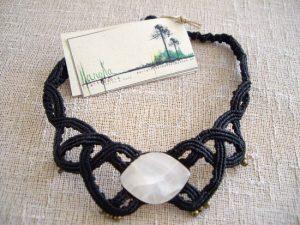 Collar de macramé negro con hilo encerado y piedra semipreciosa de ónix blanco