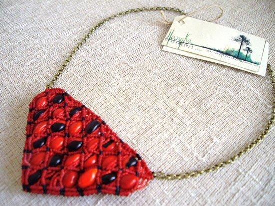 collar de macramé con semillas de guayruro