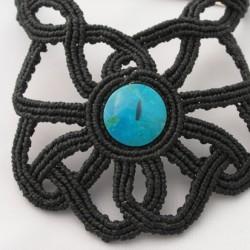 Collar negro de macramé con hilo encerado y con turquesa