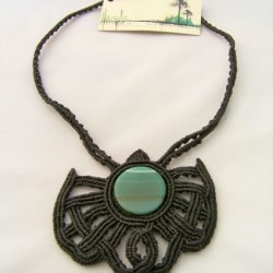 Collar negro de macramé con hilo encerado y con ágata verde
